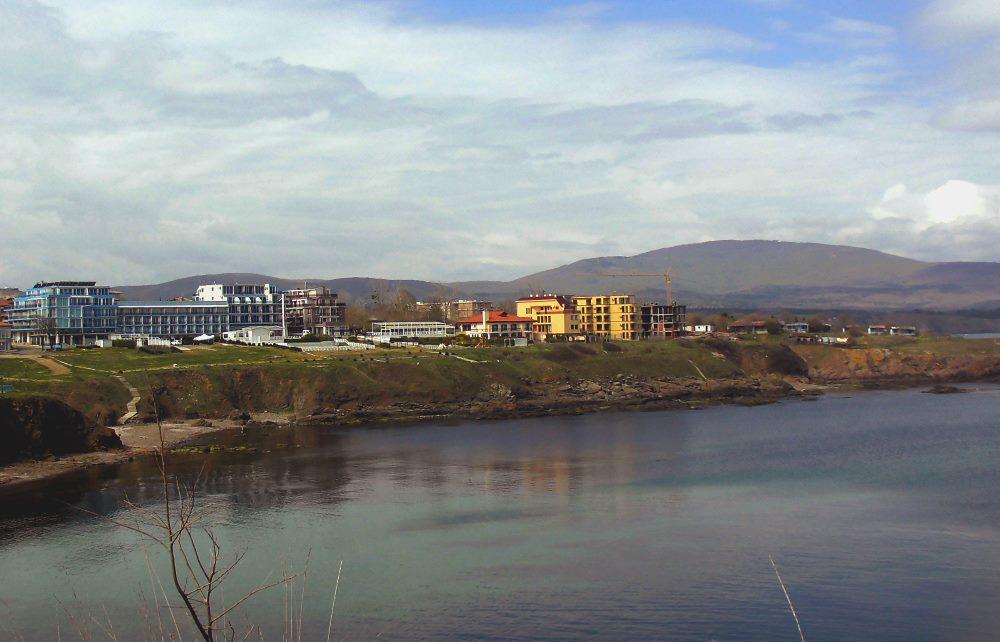 Achtopol - widok z półwyspu, w tle Apartamenty Ahtopol Beach oraz wzniesienia łańcucha górskiego Strandża